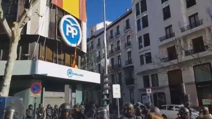 Los taxistas cortan la calle Génova al grito de