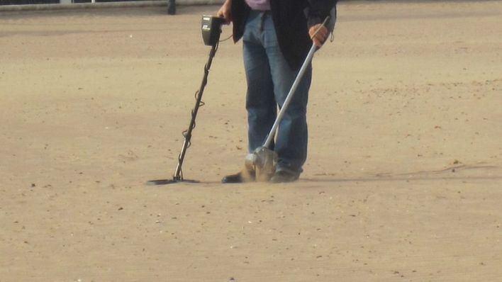 Un vecino de Mahón, acusado de vender joyas que encontraba en playas con el detector de metales