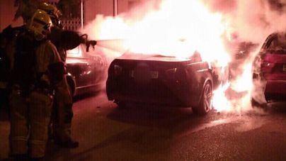 Investigan si el incendio de tres coches en Son Oliva es obra del pirómano