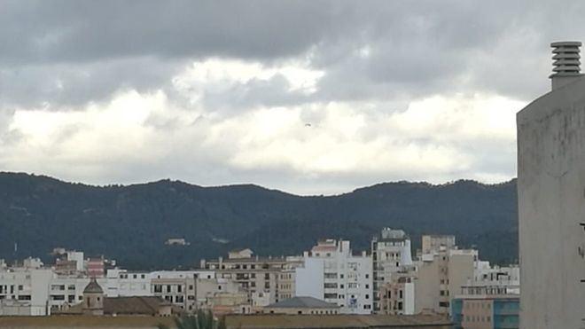 Nubes y chubascos, con descenso de temperaturas y fuerte viento
