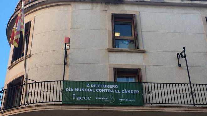 El Ayuntamiento de Manacor rectifica y cuelga el cartel contra el cáncer en castellano