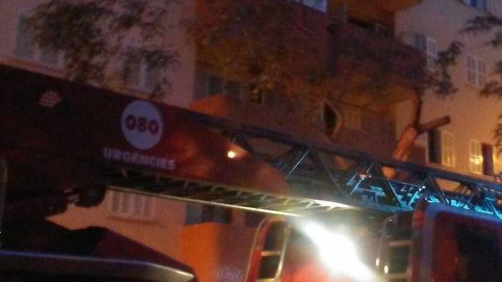 Un hombre resulta herido grave en un incendio en su piso de Nou Llevant