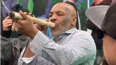 Mike Tyson se fuma un porro tamaño XXL por la legalización