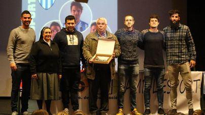 Jugadores del Club Deportivo Atlético Baleares visitan un colegio en Alaró