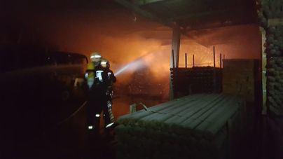 Un incendio arrasa una carpintería en Montuïri