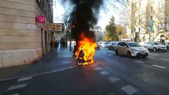 Alarma en Avenidas por el incendio de una motocicleta