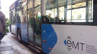 Una mujer, grave al ser arrastrada por un autobús de la EMT tras atraparle el brazo con la puerta