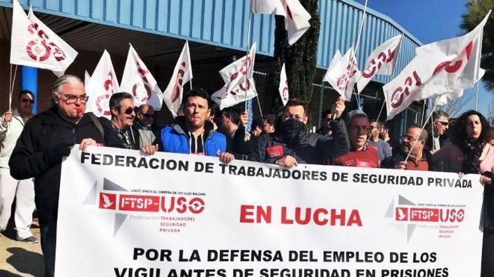 Unos 70 trabajadores de seguridad protestan ante la cárcel contra la decisión de sustituirlos