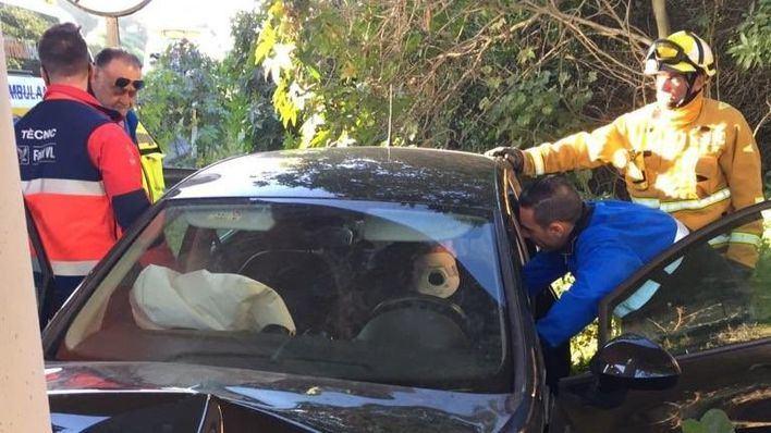 Herida una conductora tras quedarse dormida al volante en la carretera del aeropuerto