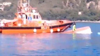El oleaje de un ferry vuelca un pesquero en Port d'Alcúdia