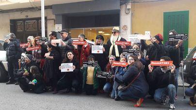 """Vecinos de Pere Garau protestan contra la inauguración del Casal de Barri al grito de """"es una estafa"""""""