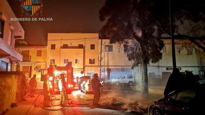 El pirómano ataca de nuevo y quema cuatro contenedores y dos coches en El Vivero