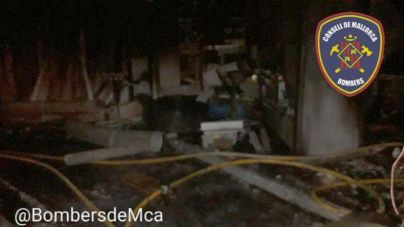 El fuego destruye una carpintería en el Port de Pollença