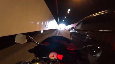 Muere un motorista al golpearse contra un semáforo