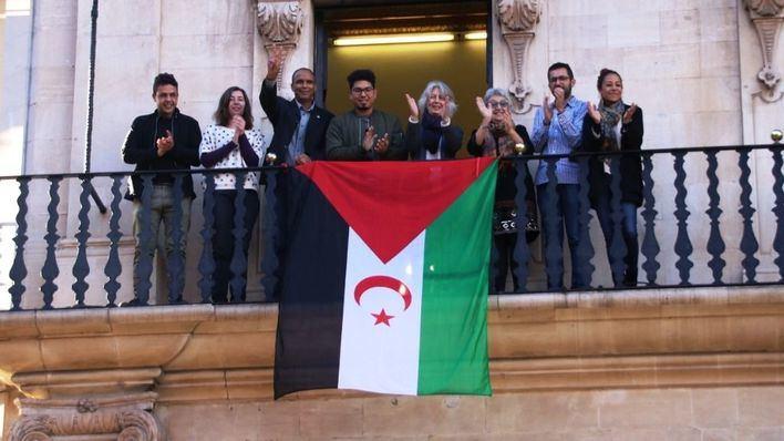 """Cort, Parlament y Consell cuelgan la bandera saharaui para reclamar """"una solución pacífica al conflicto"""""""