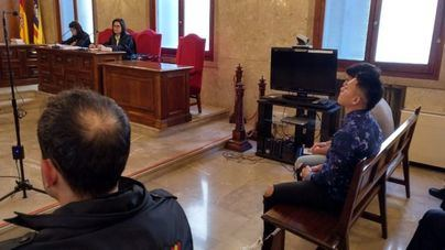 Los acusados de tirar por la ventana a una mujer en Palma aceptan cinco años de cárcel