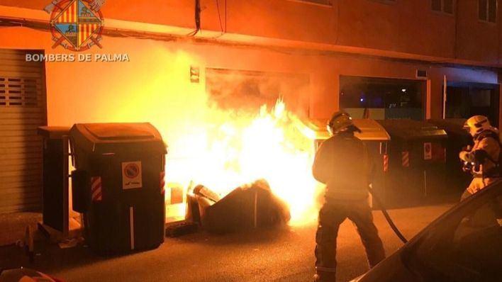 Un nuevo incendio de contenedores en Palma daña seis vehículos