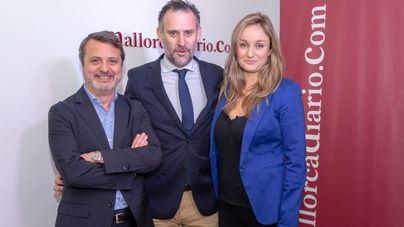 Suárez, junto al director y el editor del digital, José María Castro y Antoni Martorell
