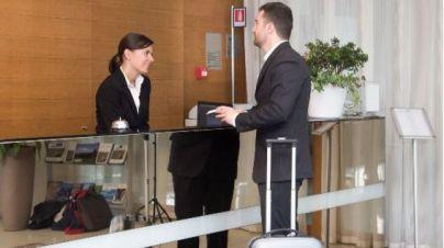 Sánchez promete a los hoteleros bonificaciones para contratar fijos discontinuos en temporada baja