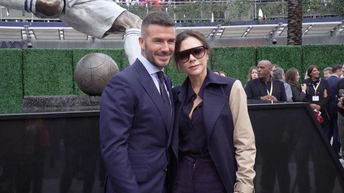 Beckham estrena estatua acompañado de Victoria