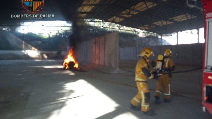 Alarma en la Estación Naval de Palma por un incendio de neumáticos