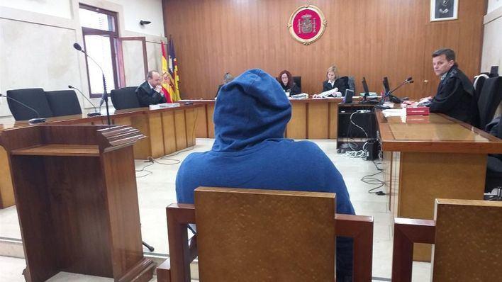Pacta dos años de cárcel, que no cumplirá, por violar en Mallorca a una menor que estaba borracha