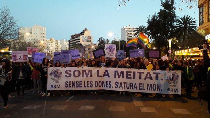 Miles de personas marchan en Palma reivindicando los derechos de la mujeres