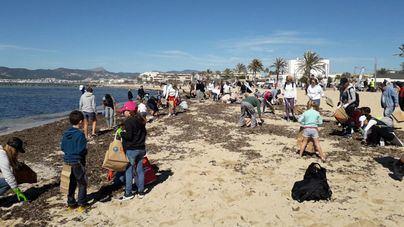 Voluntarios retiran plásticos y residuos de las arenas de Ciutat Jardí