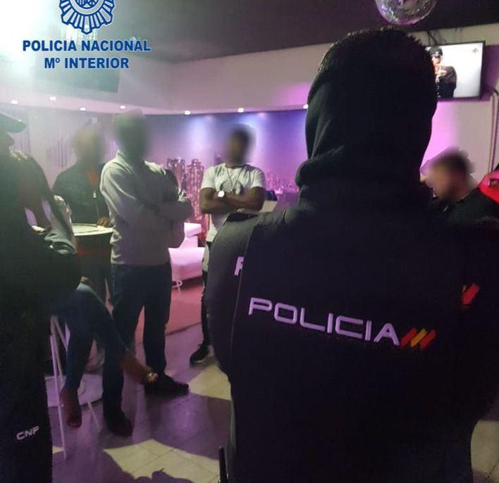 La Policía Nacional controla diferentes locales del Paseo Marítimo y Gomila
