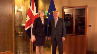"""Juncker y May anuncian un pacto que """"completa pero no reabre"""" el Brexit"""