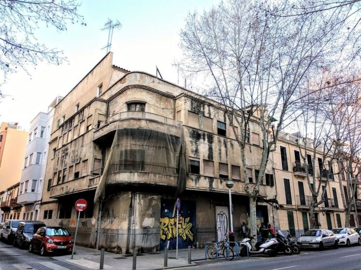 Arca critica a Cort por otra demolición de un edificio racionalista en el Eixample