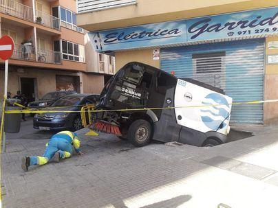 Un vehículo de Emaya acaba atrapado en un socavón