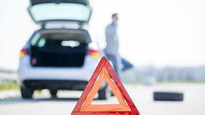 La DGT prevé que los coches lleven señales luminosas en vez de los triángulos para averías