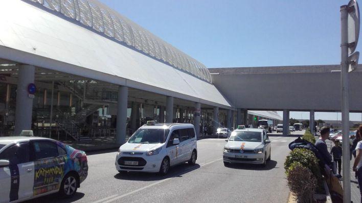 Los taxistas del aeropuerto denuncian la vuelta de 'furgonetas piratas'
