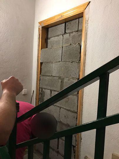 Esta imagen es cada vez más común: puertas y ventanas tapiadas