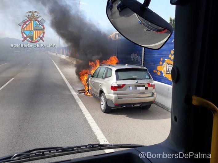Grandes retenciones de tráfico al incendiarse un coche en la Vía de Cintura