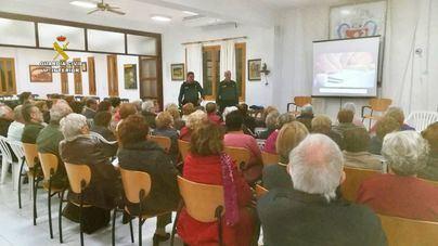 La Guardia Civil imparte una charla de seguridad para mayores en Lloseta