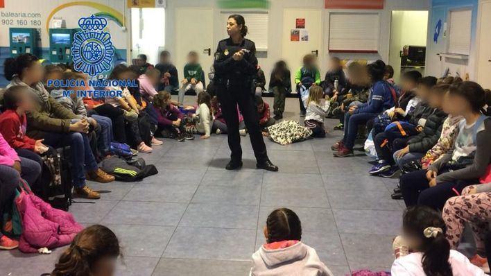 La Policía Nacional muestra a los niños su trabajo en el puerto de Ibiza
