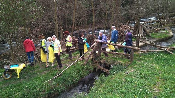 Una treintena de voluntarios retiran residuos en Es Llac Gran