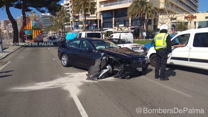 Un coche choca contra una farola y derriba un semáforo en Palma
