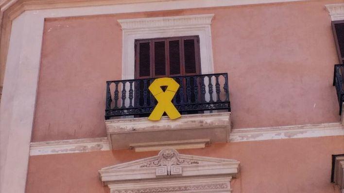 El PP denunciará ante la Junta Electoral el lazo amarillo de la fachada del Parlament