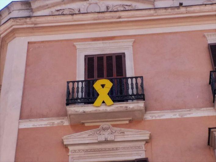 La Junta Electoral da 24 horas a Cort y Parlament para que retiren los lazos amarillos