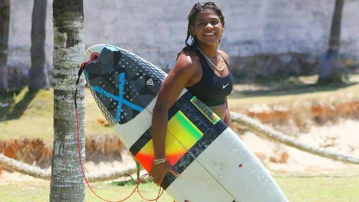 Un rayo mata a una campeona de surf brasileña mientras entrenaba