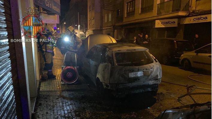 Dos coches calcinados en Palma por un fuego intencionado