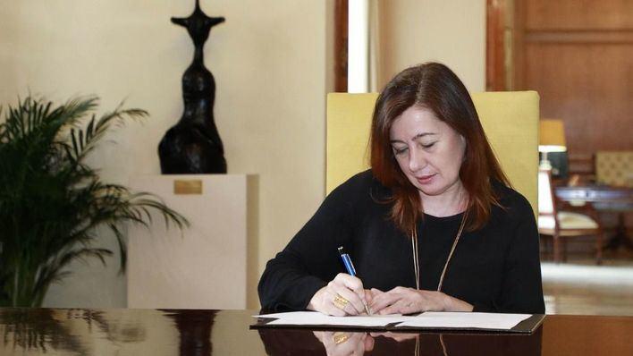 Armengol firma la convocatoria electoral y pide disculpas ante