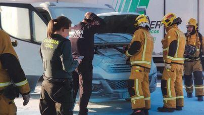Despliegue de emergencias al arder un camión en una gasolinera de Marratxí
