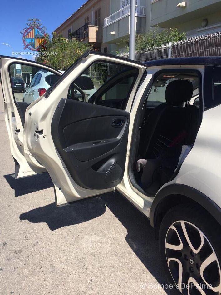 Rescatan a un bebé de un mes atrapado dentro de un vehículo en Palma
