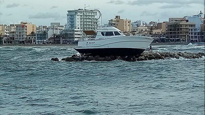 Encalla un barco del comité de regatas del Trofeo Princesa Sofía Iberostar en el Club Nàutic Arenal