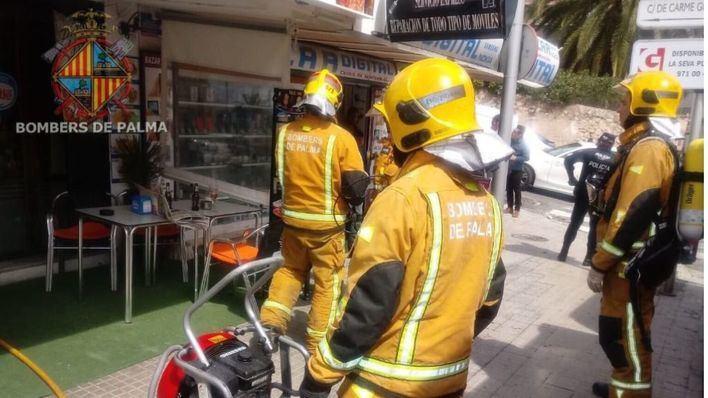 Los bomberos sofocan un incendio en la cocina de un bar de Palma
