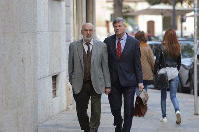 El juez Florit (izquierda) a su llegada para declarar este lunes